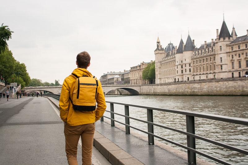 Boyfriend qui se promène le long de la Seine à Paris