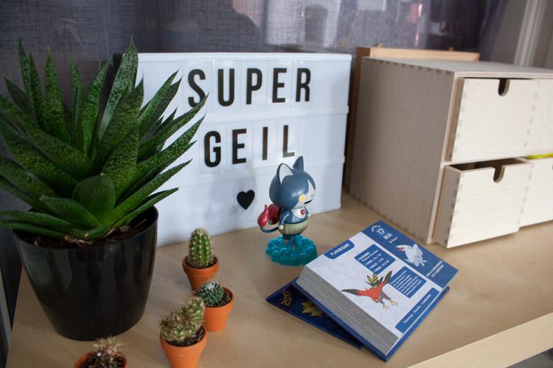 Détail de décoration geek avec figurine Yo-Kai Watch, calendrier Pokémon et réserve de Perles Hama