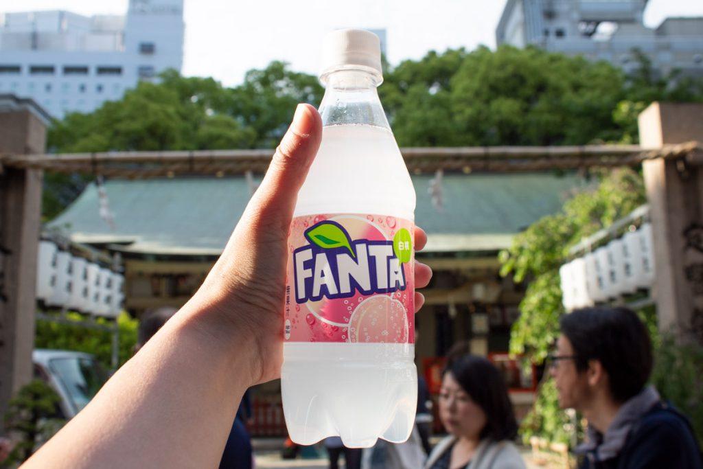 50 souvenirs du Japon - Boire du Fanta Pêche