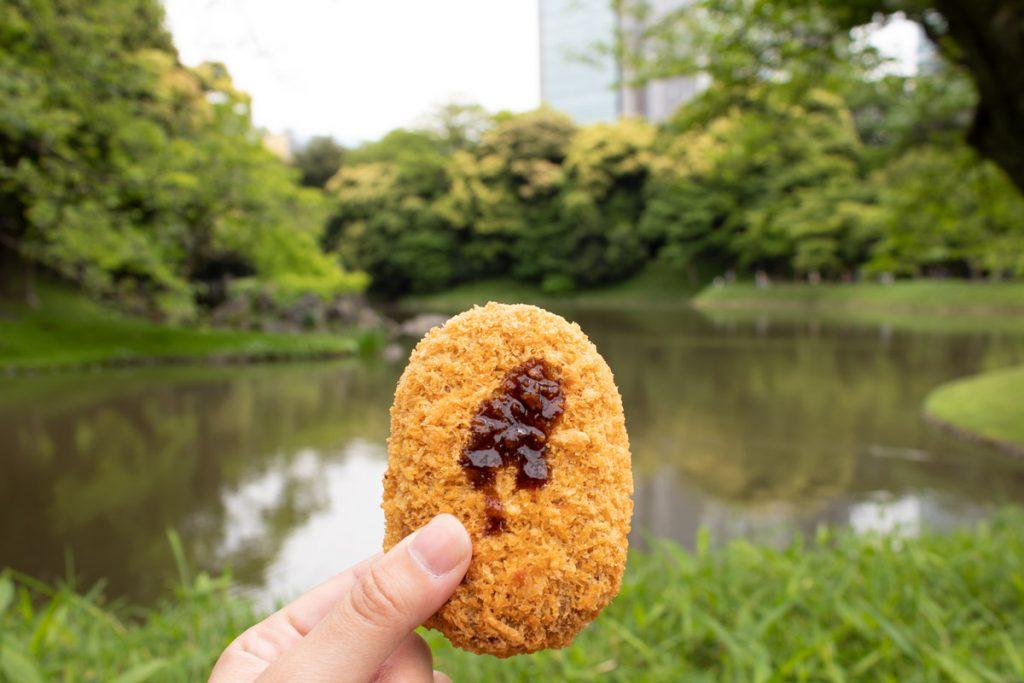 50 souvenirs du Japon - Manger un snack dans un parc à Tokyo