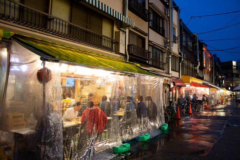 50 souvenirs du Japon - Rues de Tokyo sous la pluie
