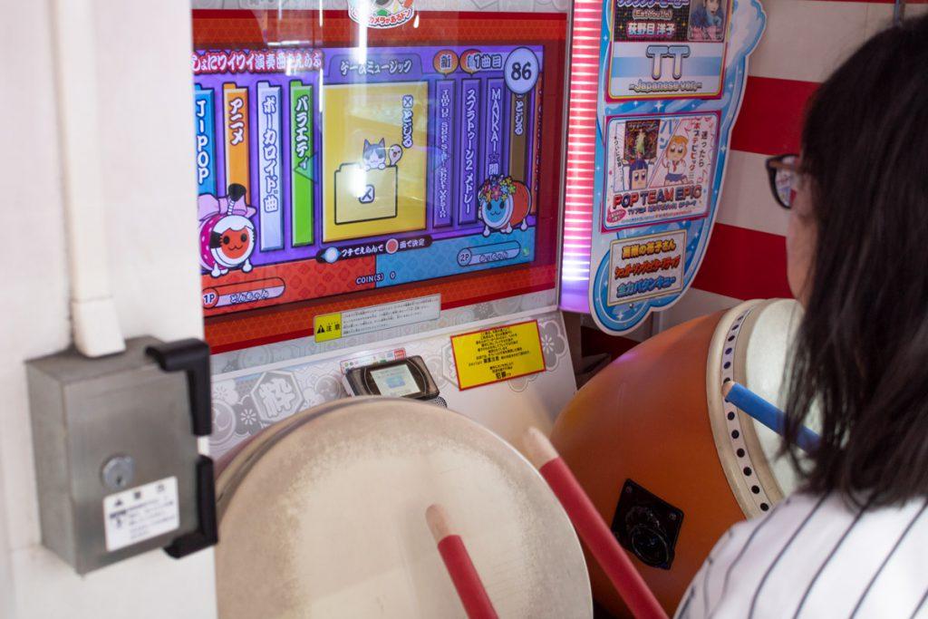 50 souvenirs du Japon - Jouer à Taiko no Tatsujin dans une arcade