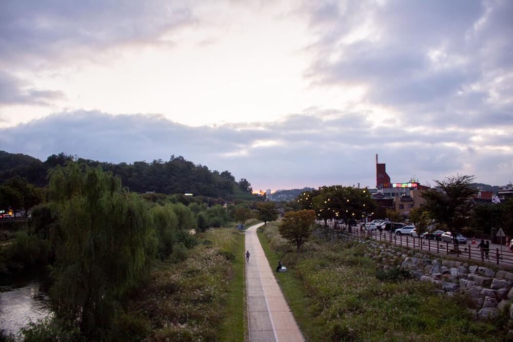 Visiter Jeonju en 24 heures - Guide - Promenade le long de la rivière